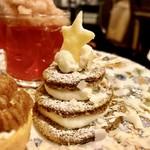 ティーサロンジークレフ - アールグレイとオレンジのクリスマスツリー @柔らかいアールグレイのジェノワーズと生クリーム、まわりにホワイトチョコレートのコポーをあしらってあります 星はクッキー