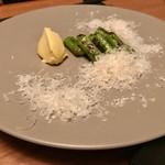 ニクスペシャリテ・マクラ - アスパラに添えられたオランデーズソースがスンゴイ美味しい