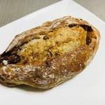 モンタンヴェール - クルミとイチジクのクリームチーズパン。