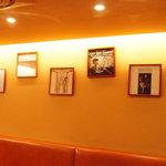 スウィートレイン - 壁のアナログ盤にはジャズ・ジャイアンツの直筆サイン