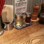 Torisobajiyuubanichikoro - カウンター上の調味料