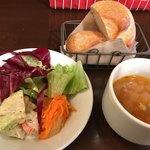 メッツゲライ ササキ - ★★★☆ ランチのサラダ・パンと具材たっぷりのスープ