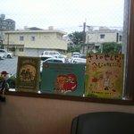 カフェ・クレーポ - 店内ディスプレイ③窓の外はフツーの住宅街なので、絵本などでカバー☆
