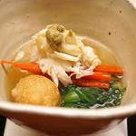 77916080 - 先付  菊菜と蓮根饅頭、丸大根と京人参、松葉蟹と蟹味噌、蟹から取ったお出汁で