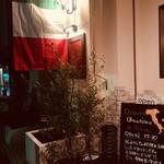オステリア オリーヴァ ネーラ トウキョウ - イタリア国旗たなびく