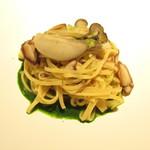 erre - 「尊ぶ -水の皿-」北海道・仙鳳趾の牡蠣、ほうれん草、岡山県ムサシ農園 原木椎茸のタリオリーニ