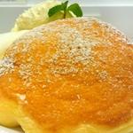 幸せのパンケーキ - 濃厚チーズムースパンケーキベリーソースがけ(右)