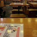 大衆酒場ホームラン食堂 - 店内の雰囲気 この写真の右手側に2、30人いました
