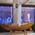バリアフリーホテルあすなろ - ロビー内の北前船模型とバブルパネル