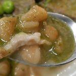 ワンチャコ - 黄インゲン豆のソースはザラッとした舌触りとともに、お肉から染み出たと思われるコクが感じられ、香り高きバジルソースとの相性もバッチリ!