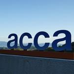 acca - インパクトのある看板
