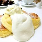 幸せのパンケーキ - 濃厚チーズムースパンケーキ ベリーソースがけ