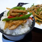 Chuukaryourikeikasarou - 青椒ロース800円(ランチは、ライス、ミニチャーハンおかわり自由)