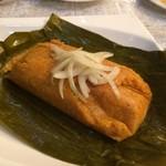 コラソン・ラティーノ - 「タマーレス」(750円) ペルー風トウモロコシ粉のチマキです。 トウモロコシの粉が味付けされ、中に豚肉など具が入っています。少しボソボソ食感だが味付けが良い!!