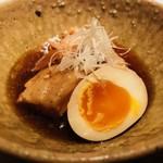ごはんや一芯 - 煮物:豚の角煮 半熟玉子添え