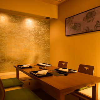 モダンな蟹の絵画が飾られた、静かで落ち着いた空間