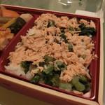 77950289 - 鮭フレークと高菜が乗ったご飯