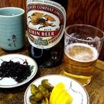 しいはし食堂 - 料理写真:ビールは大瓶。定食の小鉢で昼呑み。