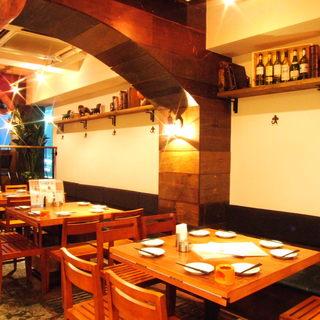 中世ヨーロッパの酒場的雰囲気と海賊船の船内をイメージした店内
