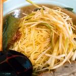 ラーメンショップ練間 - 細めの麺は固めオーダーでもポキ感まではないむっちりとした歯切れ&舌触り。海苔はすぐにへたるタイプ。わかめが割りと入っているのもポイント。
