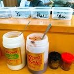 ラーメンショップ練間 - 酢、にんにく、豆板醤、七味、一味。支払いの時、お釣りがある者はカウンター上のタッパーから取ります。