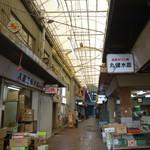 丸健水産 - 「シルクロード」の商店街①写真右に「丸健水産」の看板