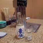 やきにく 華 - ドリンク写真:日本酒、と背後の竹槍排煙装置