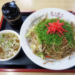 桂町 さっぽろ - やきそばにはソースとスープが付いてきます