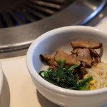 ぴょんぴょん舎 - 冷麺焼肉ランチ1580円 ナムル