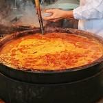 77990119 - ホルモンを煮込む鍋