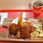 らんちょすキッチン - 美味しそうな洋食メニューがいろいろあって迷ったけど、 ボキらが選んだのは、ハンバーグデラックス980円(税抜)。 コカ・コーラ100円(税抜)も。