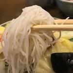 ビーフン東 - 五目ビーフン(一人前)850円に付くスープの麺のアップ