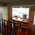 焼肉チャンピオン - [2F/テーブル、カウンター] テーブル席やカウンター席が並び、1Fには個室も完備。