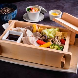 長万部黒豚と季節の野菜のセイロ蒸し(ランチ限定)¥1500