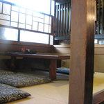 郷土料理 味の館 ふる里 - 座敷席 窓の桟も木です 08/09