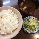 とんかつオゼキ本店 - ご飯、味噌汁、漬け物