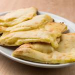 アンナプルナダイニング - チーズ ナン