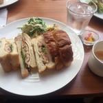 ベルティエ - モーニングセット ¥600  上記(ツナとチーズのミックスサンド・スープ・フルーツ)+ドリンク