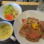 ファニープレイス - 料理写真:ローストビーフ丼(サラダ・コーンスープ付き)1000円