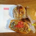 焼きたてパンの店 クックドゥル - 2017年10月:写真のパン3点とケーキ1点で864円でした。パンは紙袋に入れてくださいます