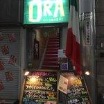 燻製×肉 イタリア酒場ORA - 階段下の看板が賑やかだ〜〜