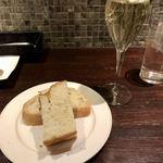 トラットリア クイント - スパークリングワイン&パン