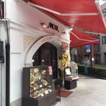 アムール - 松山市駅から5分ぐらいの、花園町交差点にあるお店です。