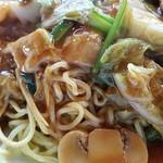 京華茶楼 - 麺にはしっかりと焼き目がついている