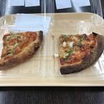 オーケー - チェリートマトのマルゲリータとスモークチーズ入りシーフードのカットピザ。 合計で税込263円。 美味し。