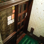 ブラウン - 地下へ続く階段の突き当たり、このドアを開けると・・・