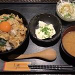 とり鉄 - 烏骨鶏卵と炙りもも肉の親子丼 ¥880