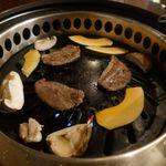 黒毛和牛食べ放題 みやもと牧場 - まずは、お肉の美味しさが活きたロース、野菜などをぺろりと完食!