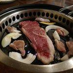 黒毛和牛食べ放題 みやもと牧場 - 続いては大きく脂の甘味とお肉の濃厚なウマさがたまらないサーロインステーキをぱくり!