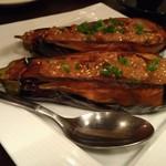 肉食ダイニング あさひ - 茄子の肉味噌詰めのような料理。野菜も地物に拘っているようだ